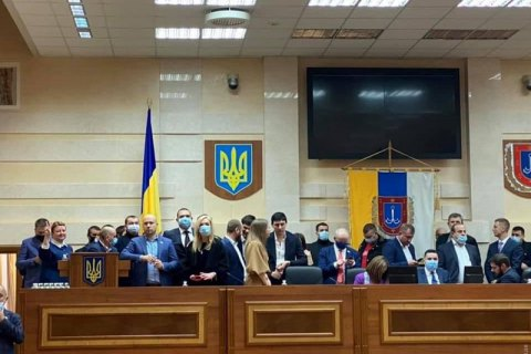 Депутати штовхались і блокували трибуну: перша сесія Одеської облради досі не відкрилась