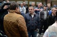 """На суд над подозреваемым в расстреле Майдана комроты """"Беркута"""" пришла толпа экс-беркутовцев"""
