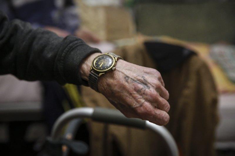 Татуировка в виде якоря и часы - единственная память о морском прошлом Вальдемара.