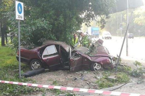 Во Львове 21-летняя девушка, скрываясь с ДТП, сбила электроопору, врезалась в дерево и погибла