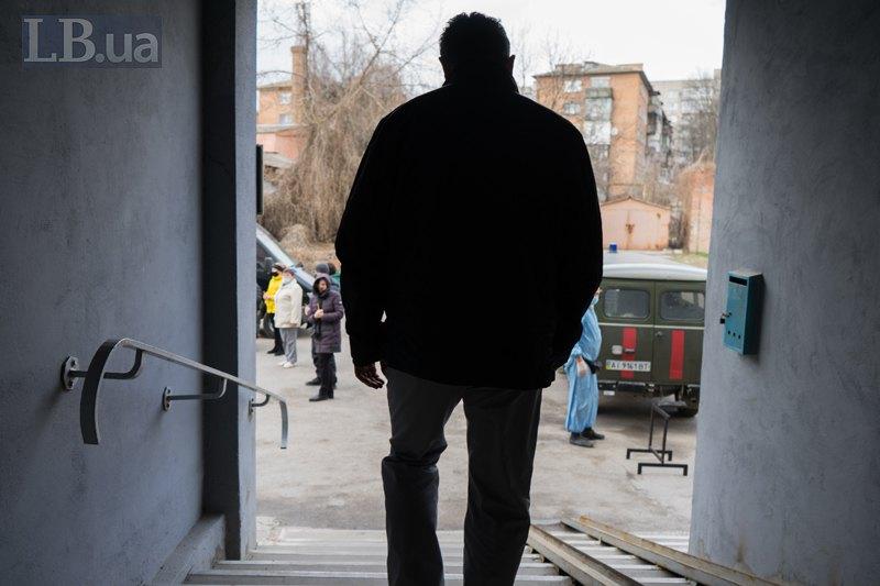 Борис Миколайович виходить з моргу у двір, де зараз завжди людно.