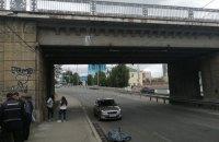 У Києві з мосту впав чоловік