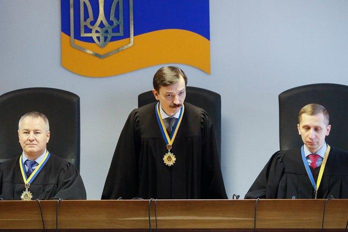 Слева-направо: Судьи Оболонского районного суда Константин Васалатий, Владислав Девятко и Максим Титов во время вынесения приговора Виктору Януковичу, Киев, 24 января 2019.