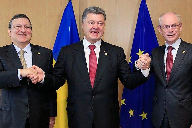 Президент Єврокомісії Жозе-Мануель Барозу, президент України Петро Порошенко та голова Європейської Ради Герман Ван Ромпей після підписання угоди про асоціацію між ЄС та Україною