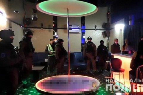 """Поліція Києва знайшла """"замаскований"""" бар, який працював після 22:00"""