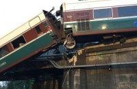 В США скоростной поезд рухнул с моста и заблокировал шоссе (обновлено)