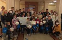 Футболісти збірної України зробили подарунки дітям, які борються з раком