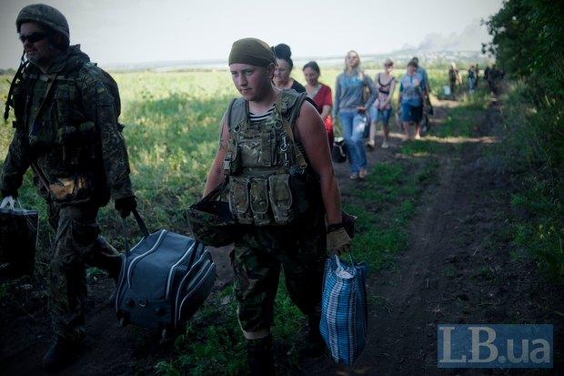 Бойцы батальона «Айдара» эвакуируют жителей поселка Металлист в 10 километрах от Луганска