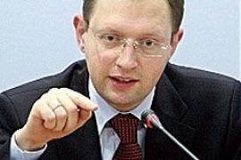 Яценюк просит КС признать закон о местных выборах недействительным