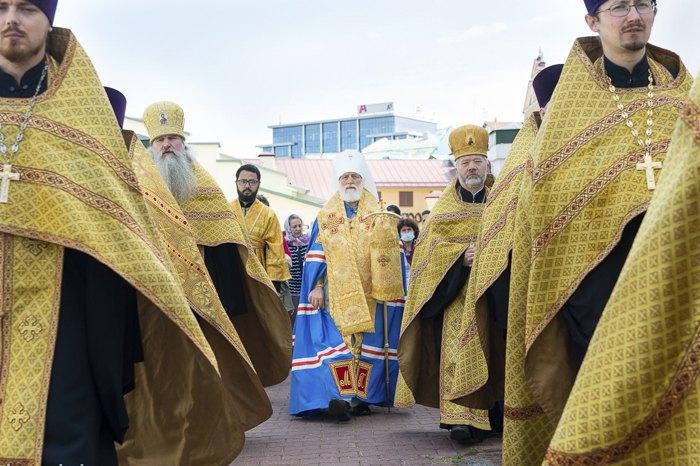 Патриарший экзарх митрополит Павел (в центре) совершил молебен о даровании мира белорусскому народу в Свято-Духовом кафедральном соборе Минска, 15 августа 2020.
