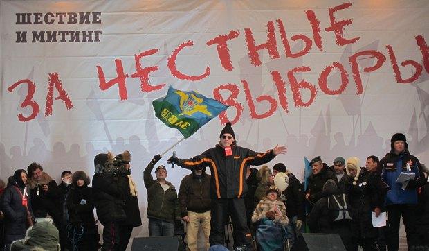Артемий Троицкий(в центре) исполняет песню на трибуне митинга «За честные выборы» 4 февраля 2012 года на Болотной площади в Москве