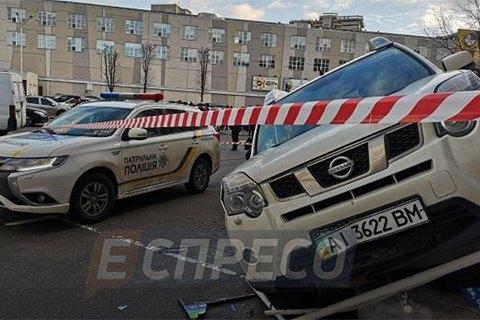 У Києві автомобіль вилетів на ґанок магазину, втікаючи від перестрілки