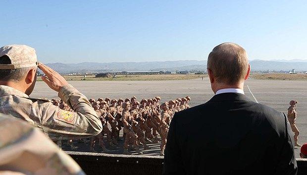 Президент РФ Владимир Путин (справа) и министр обороны России Сергей Шойгу на сирийской авиабазе Хмеимим, 11 декабря 2017.