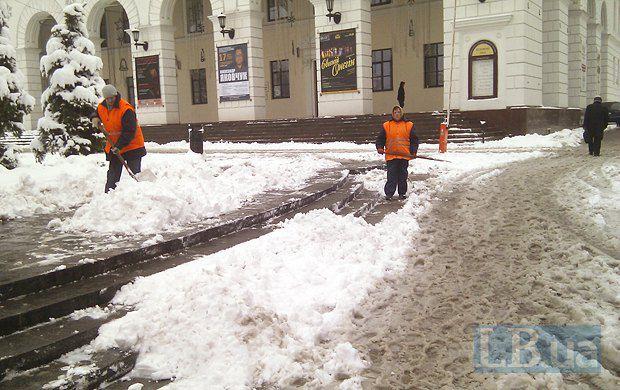 Две одинокие работницы коммунальных служб на всю часть Майдана Незалежности, где стоит монумент Независимости и Консерватория. Работы - до весны