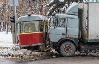 В Днепре грузовик протаранил трамвай