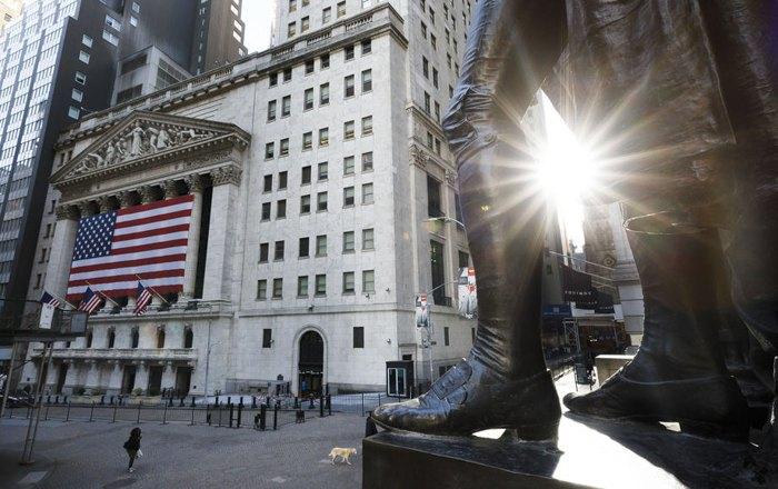Статуя Джорджа Вашингтона возле Нью-Йоркской фондой биржи и почти пустая Уолл-стрит в 9 часов утра в Нью-Йорке, США, 18 марта 2020.