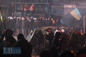 Протестувальники будують нову барикаду на Інститутській, Майдан розширюється (ОНОВЛЕНО, онлайн-трансляція)