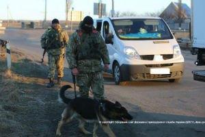 Пограничники задержали женщину, перевозившую на территорию боевиков 10 паспортов и 155 тыс. грн.