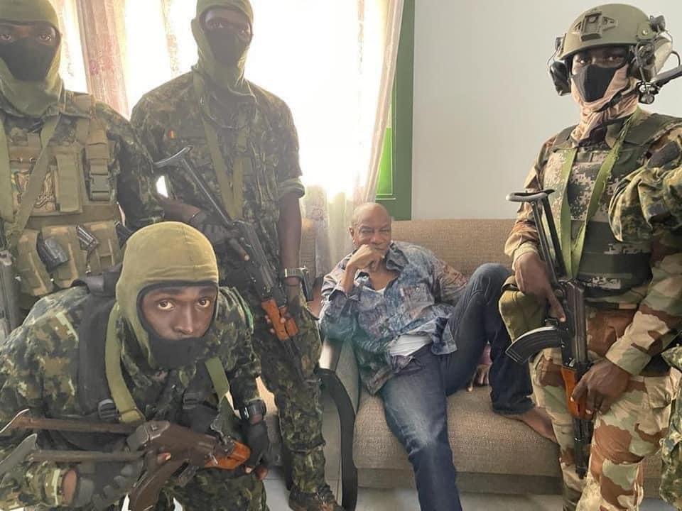 Президент Гвінеї в оточенні військових