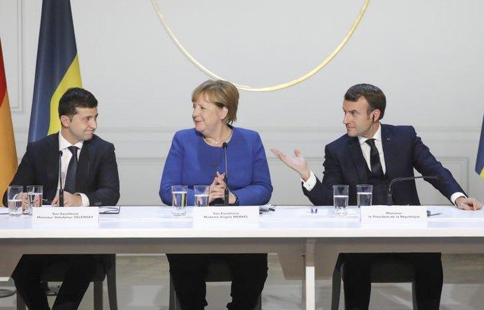 Президент Украины Владимир Зеленский, канцлер Германии Ангела Меркель и президент Франции Эммануэль Макрон во время встречи 'нормандском формате' в Париже