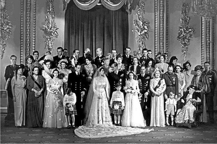 Принцеса Єлизавета та герцог Единбурзький позують у Букінгемському палаці 20 листопада 1947 року зі своїми весільними гостями, серед яких: боярин і двоюрідний брат Філіпа, маркіза Мілфорд-Хейвен (перший ряд, поруч з нареченою та ліворуч від принцеси Маргарет з квітами в руках); королева-мати Єлизавета (перший ряд, зі стрічкою, четверта справа); королева Марія (позаду, між нареченою та нареченим); і щасливий натхненник всієї цієї події, лорд Луїс «Дікі» Маунтбеттен (задній ряд, третій зліва). У списку гостей не було жодної сестри Філіпа з Німеччини через повоєнну дратівливість людей у Великій Британії — чоловіки трьох його сестер були відомими нацистами