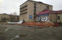 На Прикарпатье ураганным ветром повалило деревья и сорвало кровлю лицея, есть пострадавшие