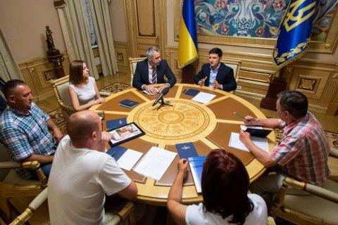 Зеленский встретился с семьями погибших военных, которых следствие признало самоубийцами