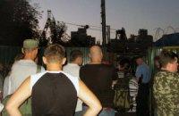 В Киеве местные жители снова сносят строительный забор, поставленный на месте детской площадки