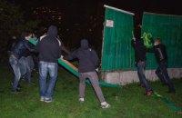 """В Киеве """"свободовцы"""" снесли строительный забор на Позняках возле озера"""