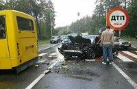 Возле площади Шевченко в Киеве автомобиль врезался в маршрутку (обновлено)