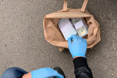 Депутата Полтавского райсовета задержали при получении $160 тыс. взятки