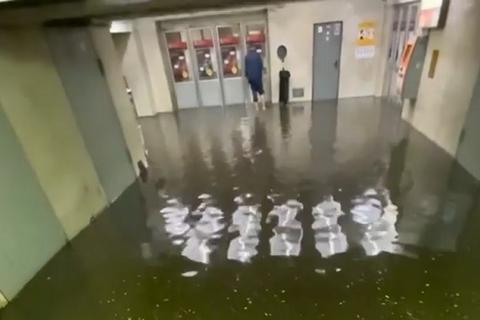 Киев после длительной жары накрыл сильный ливень, затопило одну из станций метро
