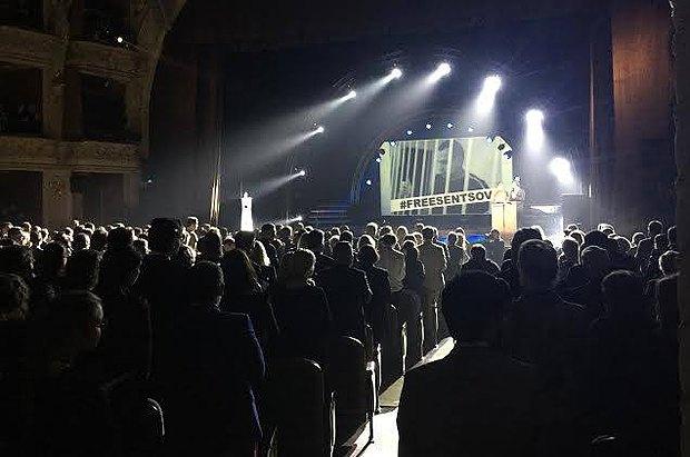 Зал аплодирует в поддержку Олега Сенцова