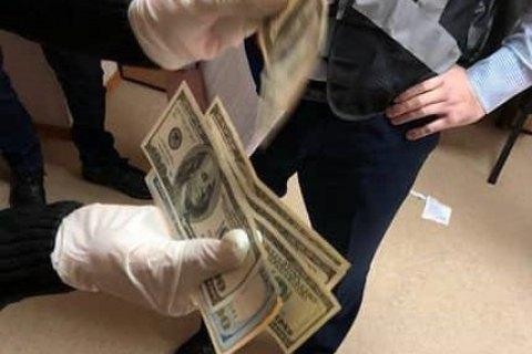 Начальника екоінспекції в Запорізькій області затримали при отриманні $630 хабара