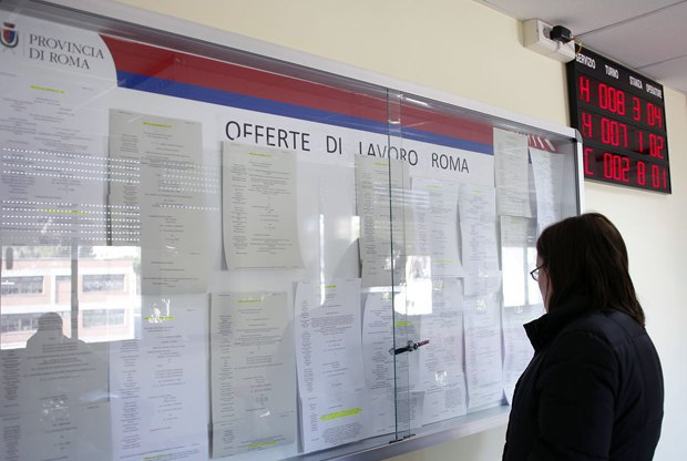 Біля центру зайнятості в Римі