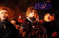 В Днепропетровске с ведрами на голове протестовали против скандальных законов