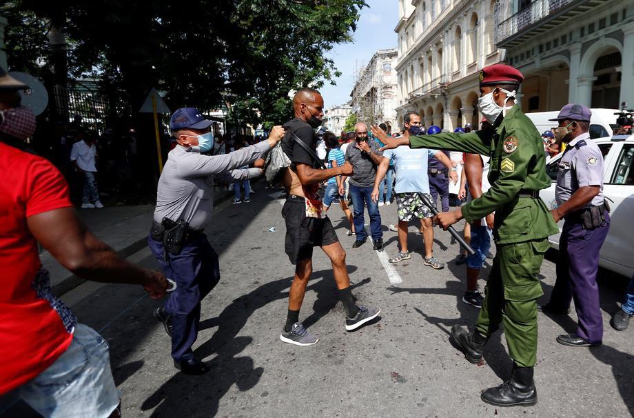 Кубинська поліція арештовує активіста під час антиурядового протесту в Гавані, 11 липня 2021 р.
