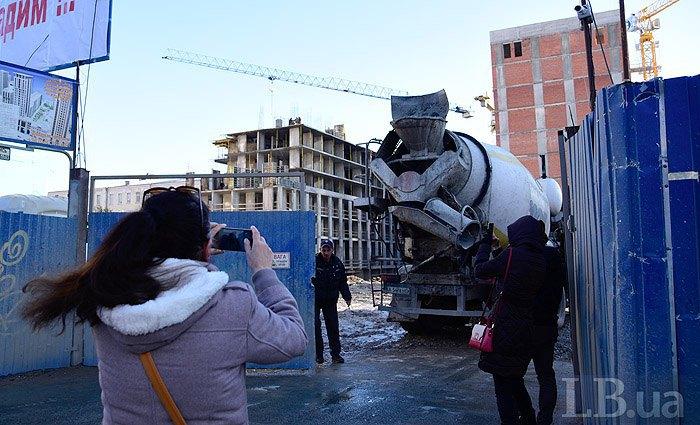 «Нацкорпус» разнес стройплощадку вцентре столицы Украины