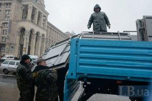 В Киеве коммунальщики помешали активистам Евромайдана смонтировать крышу над сценой