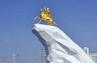 В столице Туркмении установили покрытую золотом статую президента