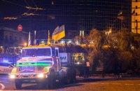 Рабочие приступили к установке новогодней елки на Софийской площади Киева