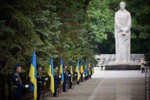 Янукович возложил цветы погибшим освободителям Харькова