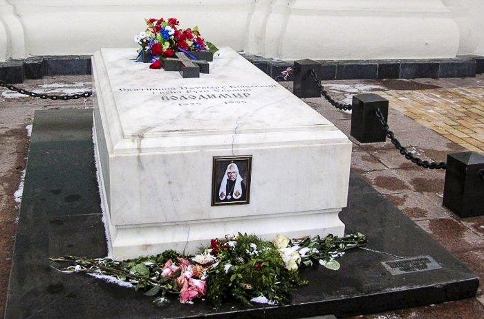 Могила патриарха УПЦ КП Владимира (Василия Романюка) возле входа в Софийский Собор