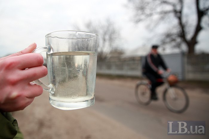 Місцевий житель демонструє LB.ua наскільки брудною є питна вода у селі