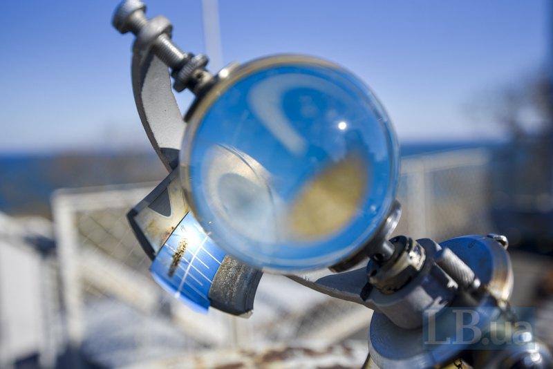 Геліограф на даху Гідрометцентру Чорного й Азовського морів у Одесі. Прилад показує довжину світлового дня ― ідеальна скляна куля акумулює сонячні промені, що випалюють лінію на синій смужці.