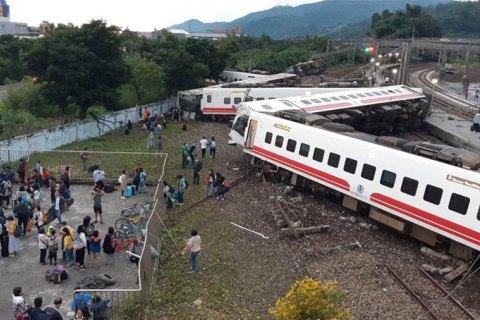 Число жертв аварии на железной дороге на Тайване увеличилось до 22 человек