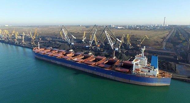 Балкер с грузом угля в порту Южный
