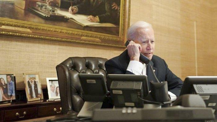 Джо Байден общается по телефону