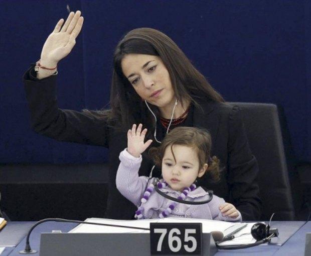 Лісія Ронзуллі, депутат Європарламенту від Італії і молода мама, часто бере свою доньку Вітторію на засідання парламенту