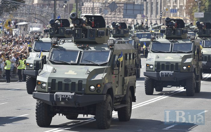 Броневики 'Варта' с установленными на них американскими системами Javelin во время парада на День Независимости в Киеве
